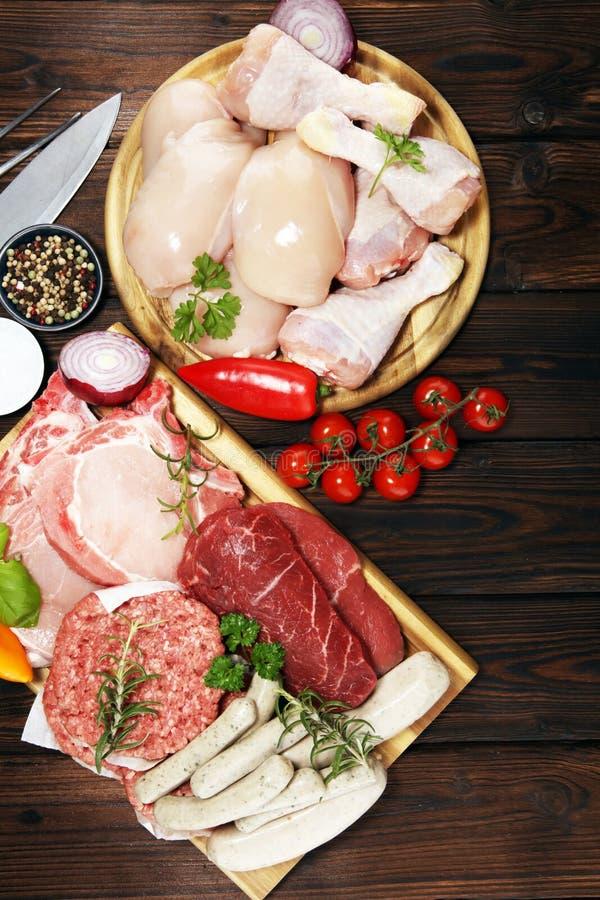 surowe mięso Różni typy surowy wieprzowiny mięso, kurczak i wołowina z, pikantność i ziele obrazy royalty free