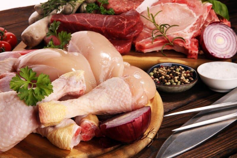 surowe mięso Różni typy surowy wieprzowiny mięso, kurczak i wołowina z, pikantność i ziele zdjęcia royalty free