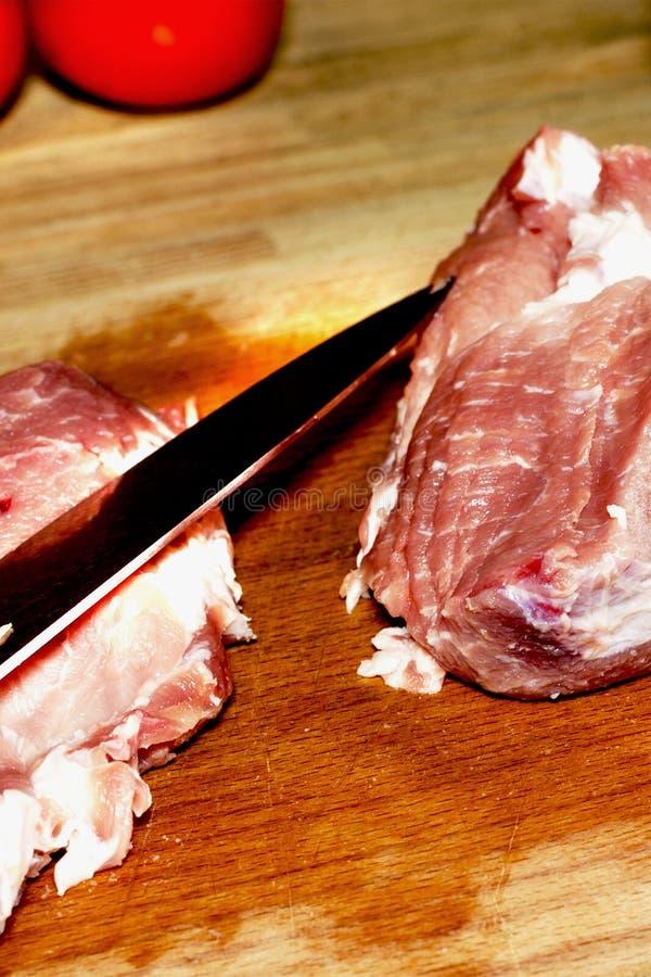 surowe mięso Surowy przepasuje wołowinę lub wieprzowinę, cięcie w wielkich kawałkach, nóż zdjęcia royalty free