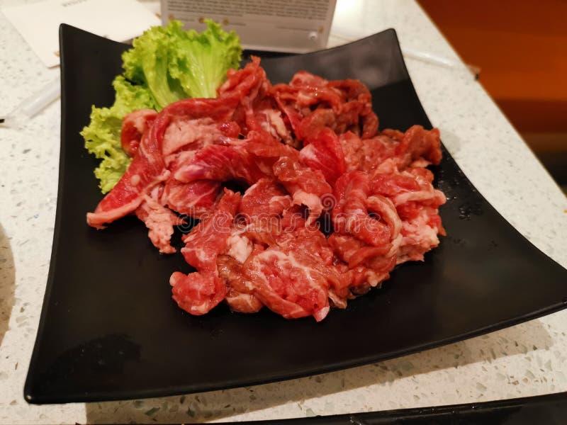 Surowe mięso wołowe do gotowania w gorącym garnku obraz stock