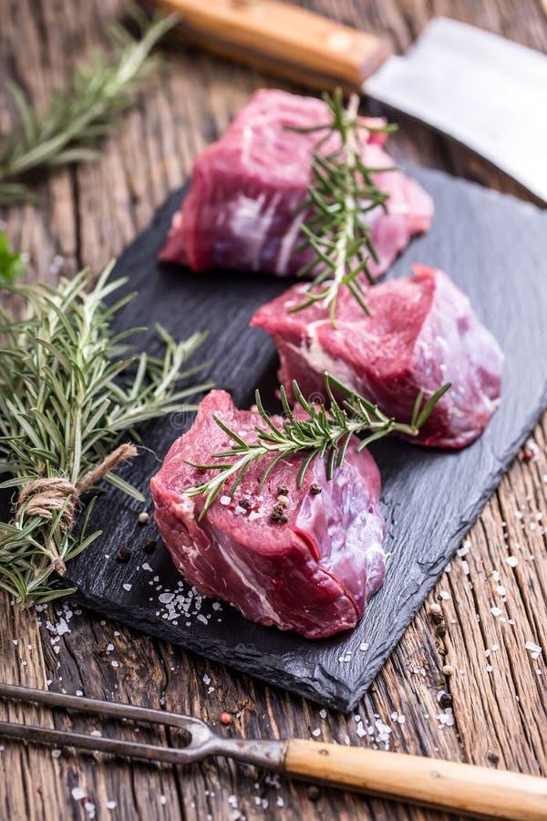 surowe mięso wołowiny Surowy wołowiny tenderloin stek na tnącej desce z rozmarynu pieprzu solą w inny pozycje zdjęcia royalty free
