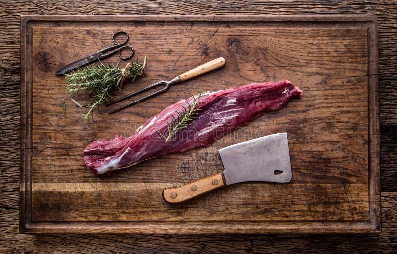 surowe mięso wołowiny Surowy wołowiny tenderloin stek na tnącej desce z rozmarynu pieprzu solą w inny pozycje obrazy royalty free