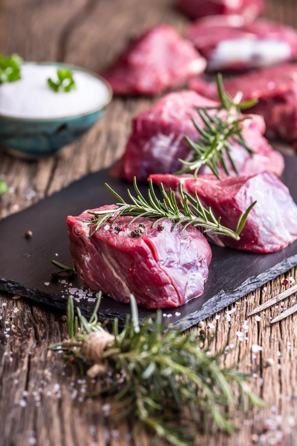 surowe mięso wołowiny Surowy wołowiny tenderloin stek na tnącej desce z rozmarynu pieprzu solą w inny pozycje obraz royalty free