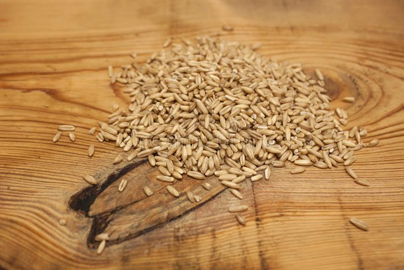 Surowe owies adra, niskokaloryczny składnik dla wyśmienicie zdrowego śniadania na drewnianym tle, kopii przestrzeń zdjęcie stock