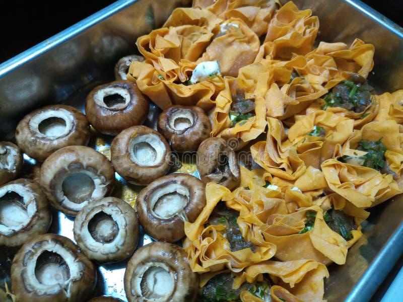 Download Surowe Pieczarki I Uncooked Tartlets Zdjęcie Stock - Obraz złożonej z surowy, przygotowany: 106911796