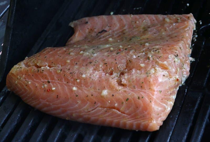 Surowego łososia polędwicowy kucharstwo na grillu zdjęcia stock