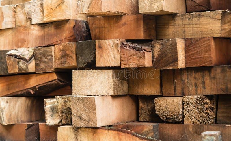 Surowego drewna gomółki wypiętrzają wpólnie tło obrazy stock