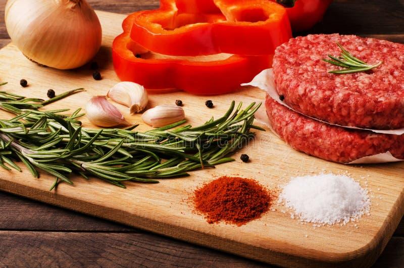 Surowego mięsa cutlets z składnikami obraz royalty free