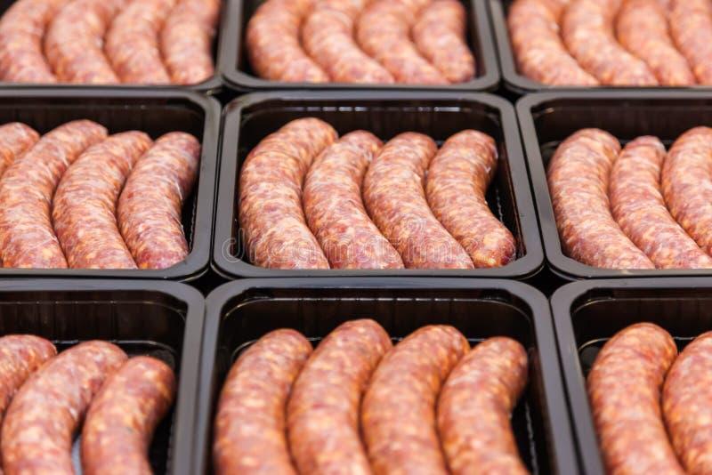 Surowego mięsa kiełbasy w kocowania pudełku zdjęcie royalty free