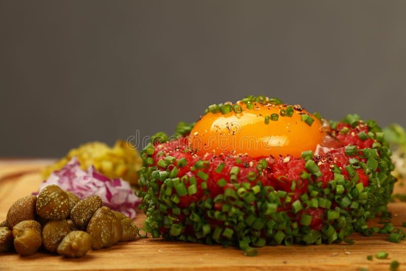 Surowego mięsa tartare stek z jajecznego yolk zakończeniem up fotografia stock