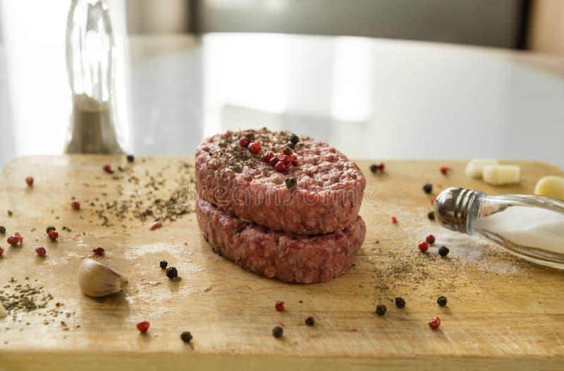 2 surowego wołowina stku z pikantność na drewnianej kuchni desce, solankowy shak fotografia royalty free