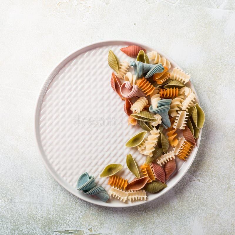 Surowej przeliterowanej mąki asortowany kolorowy makaron zdjęcia royalty free