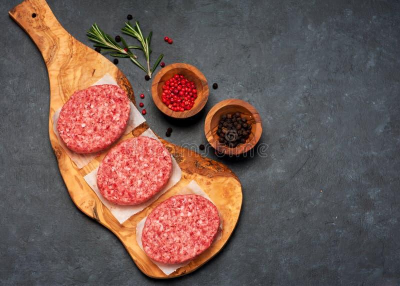 Surowej wołowiny hamburgeru Mięśni cutlets i pikantność fotografia royalty free