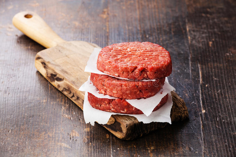 Surowej Zmielonej wołowiny hamburgeru stku mięśni cutlets zdjęcie royalty free