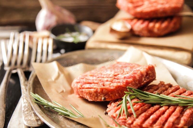 Surowej Zmielonej wołowiny hamburgeru stku mięśni cutlets obraz royalty free