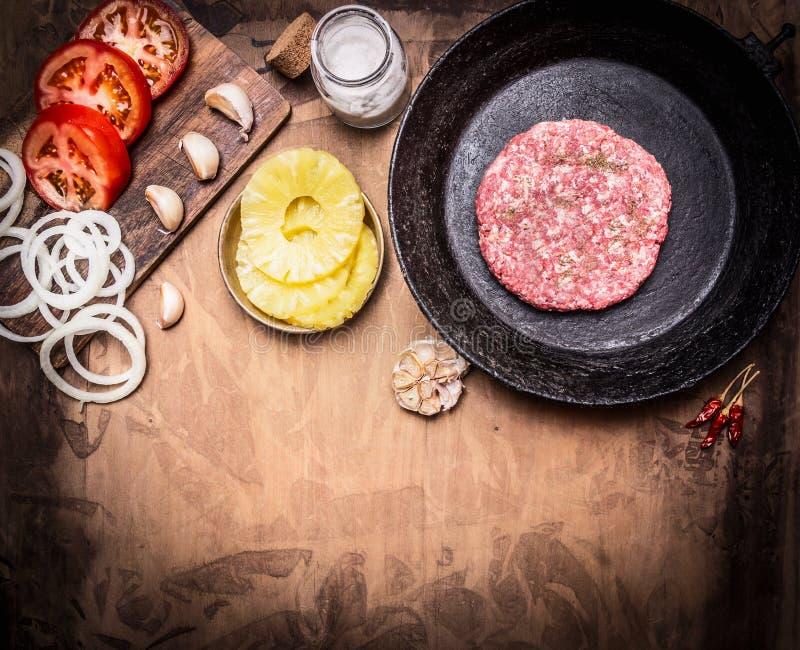 Surowej Zmielonej wołowiny hamburgeru stku mięśni cutlets w niecce z warzywami, pikantność graniczą, z teksta terenu tła drewnian obraz stock