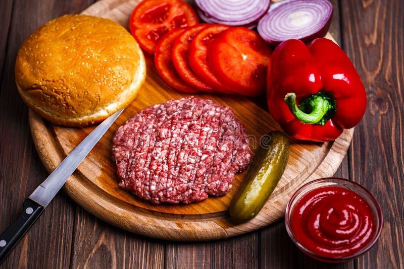 Surowej Zmielonej wołowiny hamburgeru stku mięśni cutlets z podprawą, ser zdjęcie royalty free