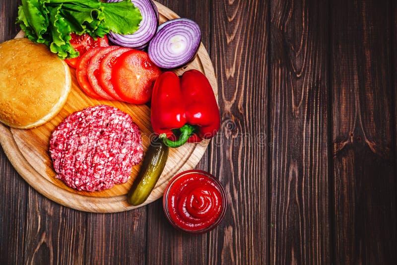 Surowej Zmielonej wołowiny hamburgeru stku mięśni cutlets z podprawą, ser zdjęcia stock