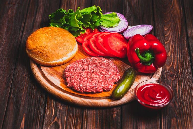 Surowej Zmielonej wołowiny hamburgeru stku mięśni cutlets z podprawą, ser zdjęcia royalty free