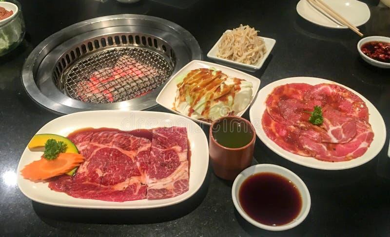 Surowi świezi mięsa przygotowywają piec na grillu fotografia royalty free