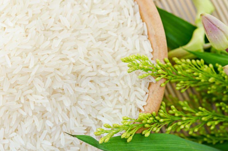 Surowi biali ryż w pucharze - odgórny widok zdjęcie royalty free