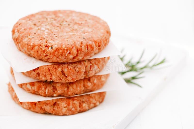 Surowi hamburgery dla hamburgerów, w stosie fotografia royalty free