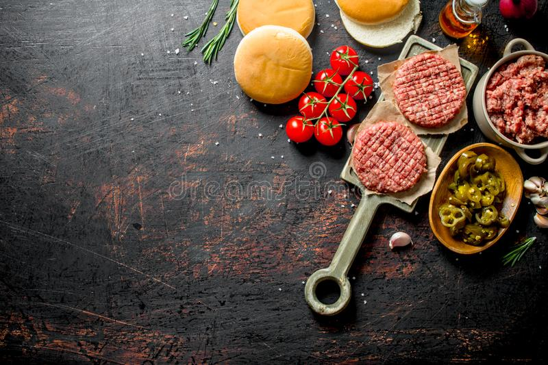 Surowi hamburgery z chillies, pomidorami i scones jalapeno, obrazy royalty free
