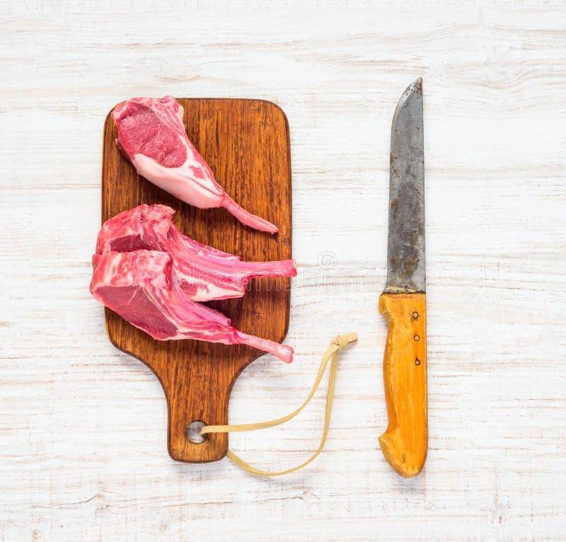 Surowi Jagnięcy kotleciki z masarka nożem obraz royalty free