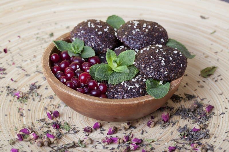 Surowi karmowi ciastka z cranberries, sezamowi ziarna, zdjęcie stock