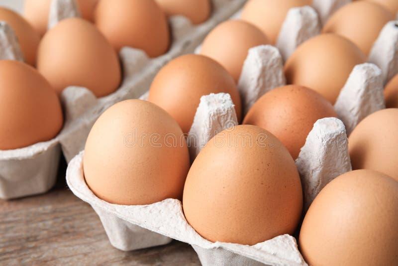Surowi kurczaków jajka w kartonie obraz royalty free