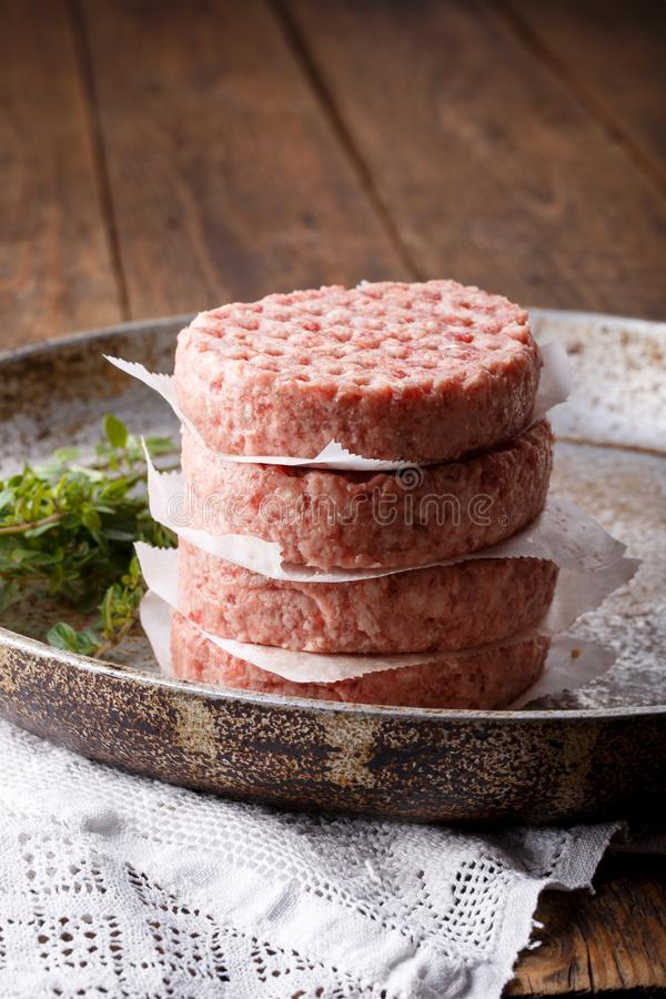Surowi minced mięsa hamburgery zdjęcia stock