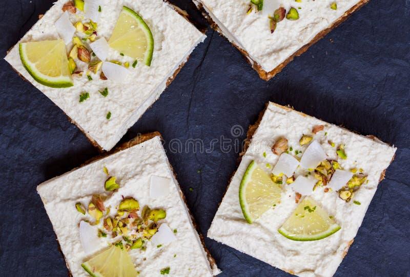 Surowi pistaci, koksu i wapna cheesecakes, zdjęcia stock