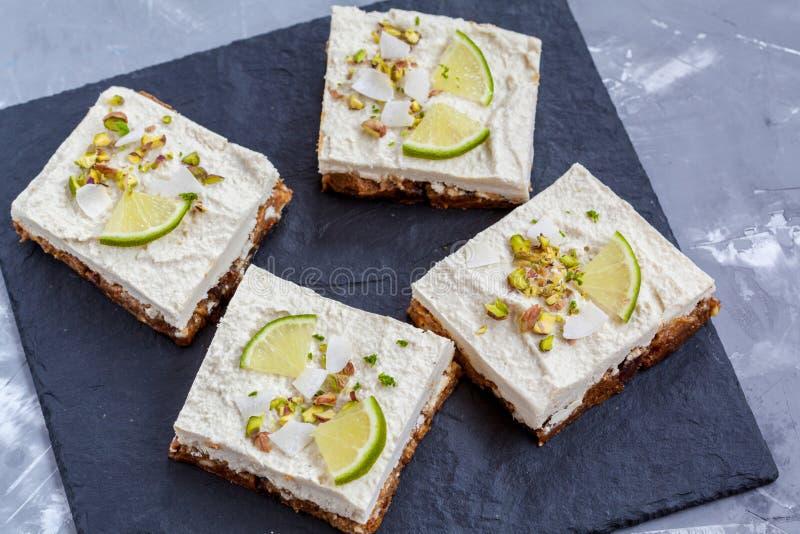 Surowi pistaci, koksu i wapna cheesecakes, obraz stock