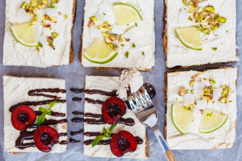 Surowi pistaci, koksu, wapna i wiśni cheesecakes, obrazy stock