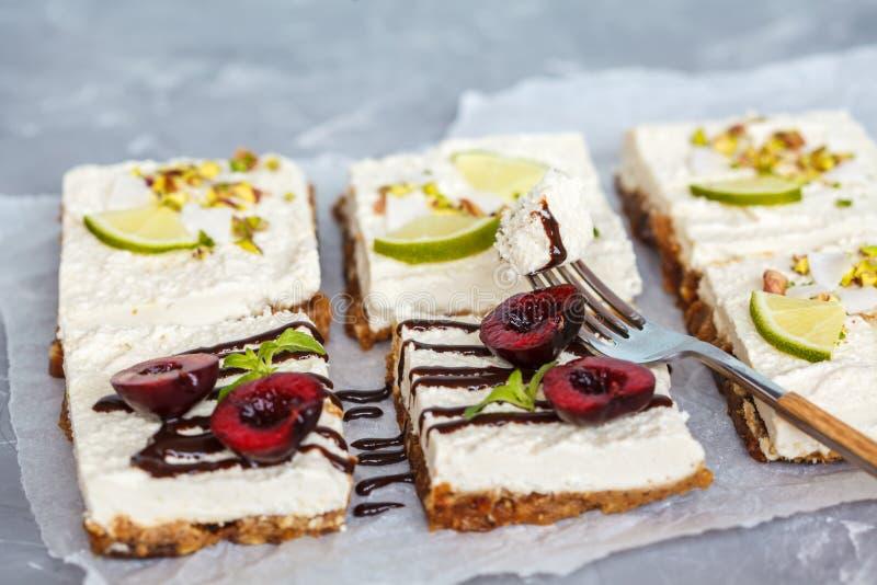 Surowi pistaci, koksu, wapna i wiśni cheesecakes, fotografia stock