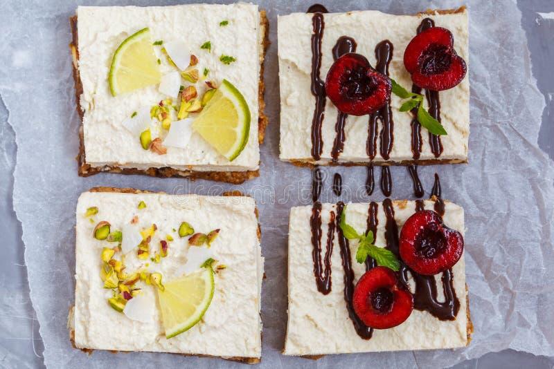 Surowi pistaci, koksu, wapna i wiśni cheesecakes, fotografia royalty free