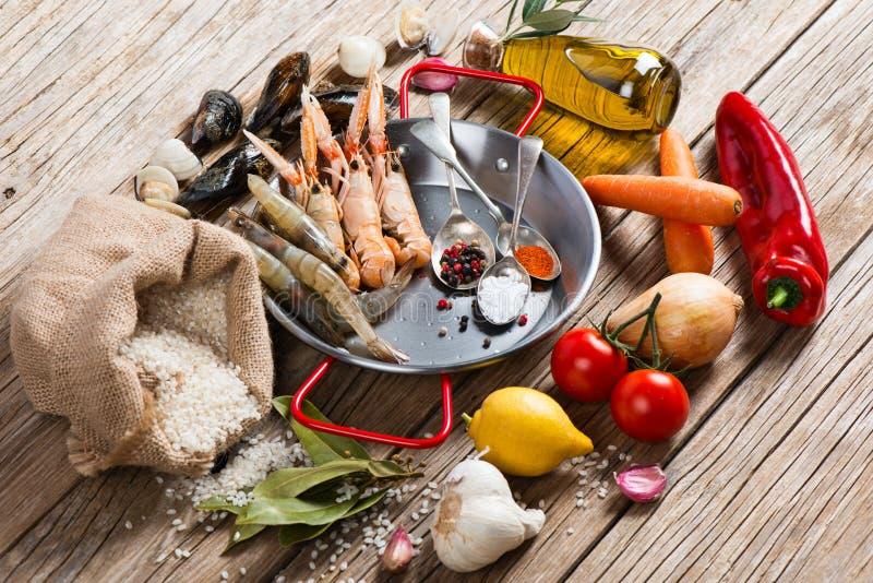Surowi produkty owoce morza paella zdjęcia royalty free