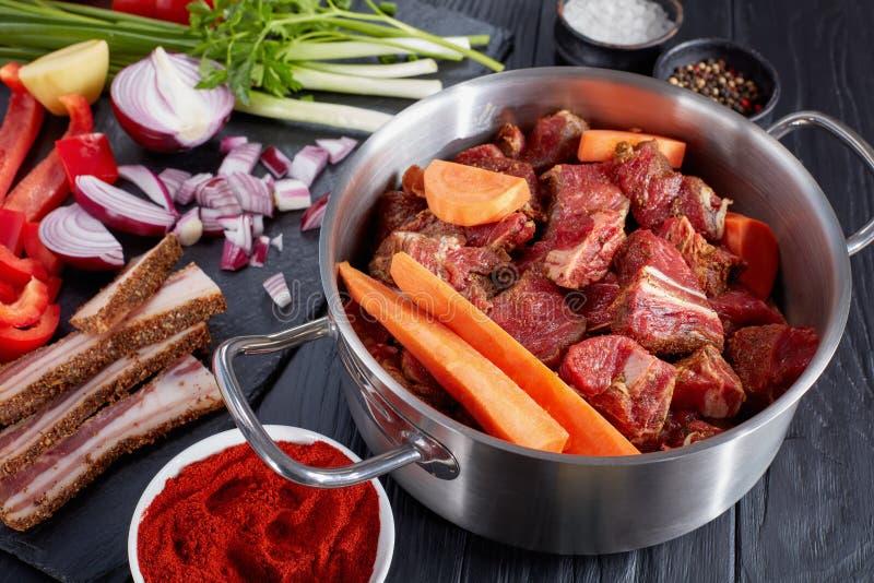 Surowi składniki dla tradycyjnego hungarian goulash obraz stock