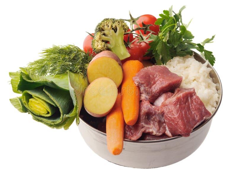 Surowi składniki dla zwierzęcia domowego jedzenia w pucharze odosobniony horyzontalny zdjęcia royalty free