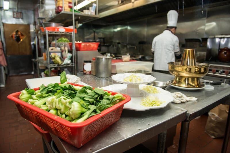 Surowi warzywa przygotowywający dla gotować przy handlową kuchnią zdjęcie royalty free