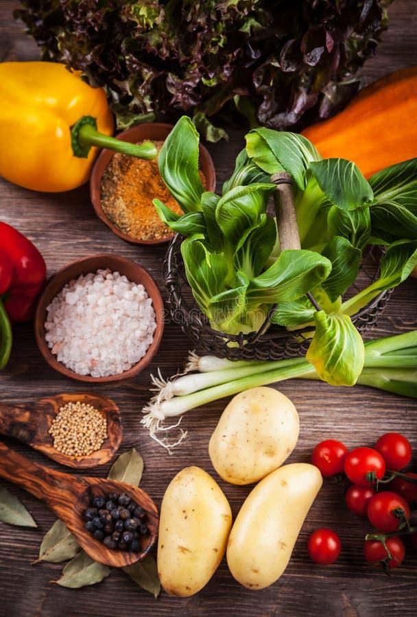 Download Surowi Warzywa Z Pikantność Obraz Stock - Obraz złożonej z organicznie, brąz: 57650579