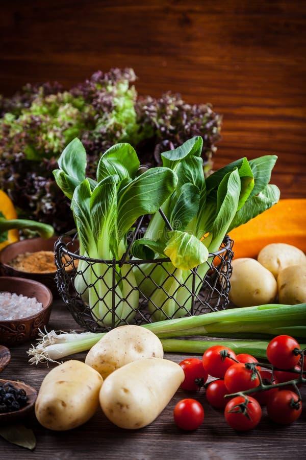 Download Surowi Warzywa Z Pikantność Obraz Stock - Obraz złożonej z posiłek, składnik: 57650583