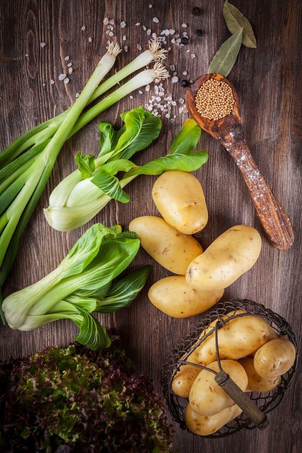 Download Surowi Warzywa Z Pikantność Obraz Stock - Obraz złożonej z sprzedażny, życiorys: 57650621