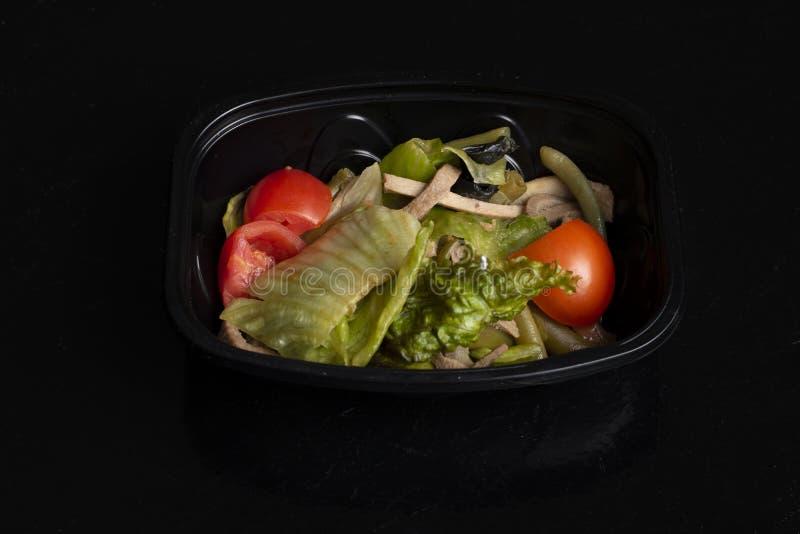 Surowi warzywa z rybimi plasterkami, weganin sa?atka dla w?a?ciwego od?ywiania, zr?wnowa?ona dieta zdjęcie royalty free