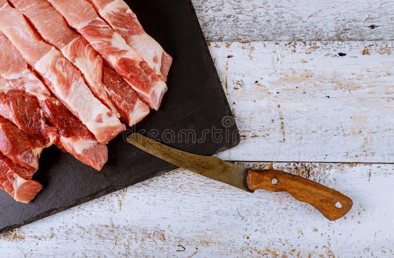 Surowi wieprzowina kotleciki gotowi gotowa? na drewnianej desce fotografia royalty free