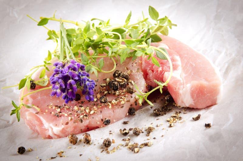 Surowi wieprzowina kotleciki z ziele zdjęcia royalty free