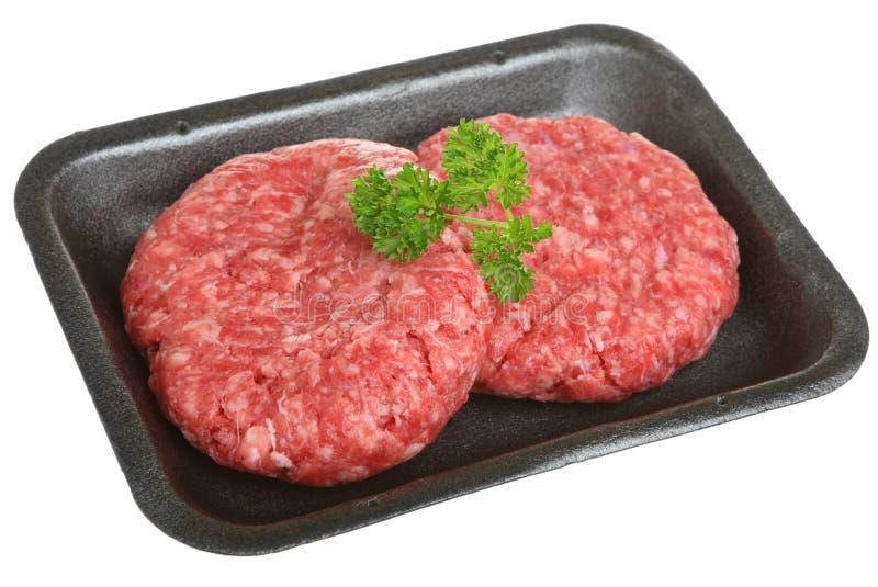 Surowi wołowina hamburgery w Pakować tacę fotografia stock