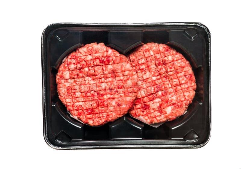 Surowi wołowina hamburgery W A Pakuje tacę zdjęcia stock