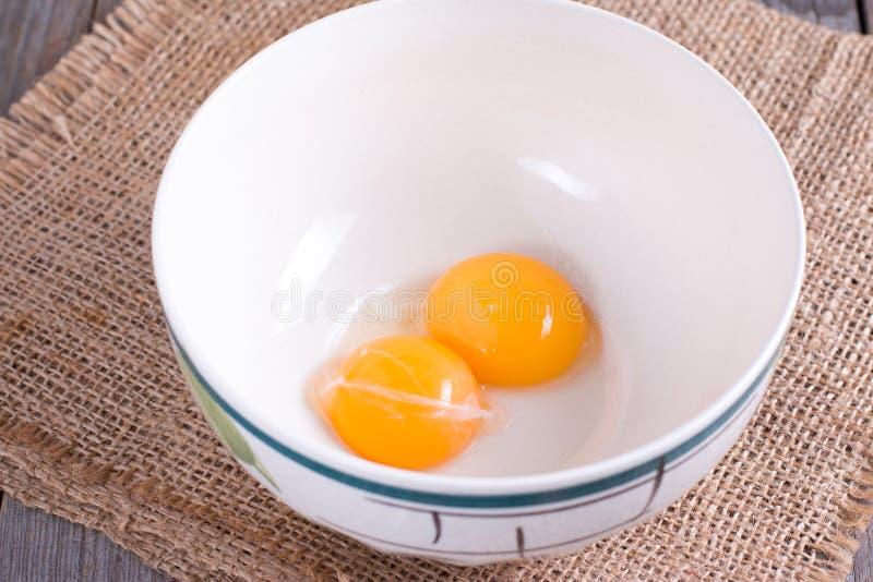 Surowi yolks w ceramicznym pucharze fotografia royalty free