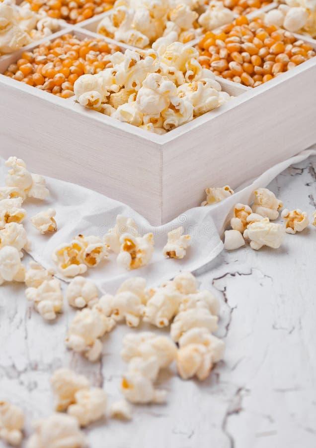 Surowi złoci słodkiej kukurudzy ziarna i popkorn w pudełku obraz stock